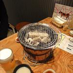 あじまき - 生ビール、マッコリ各390円 七輪フード付き七輪