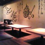 和琉炉端焼 空 - 内観写真:壁に書かれた甕がいいでしょ。