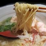 121274066 - 麺は中細ちぢれ麺   一番人気 銀笹  塩ラーメン 880円