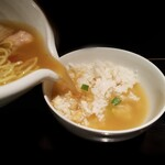 121274069 - 塩ラーメンのスープで注ぎ口から鯛飯にIN 鯛茶漬け