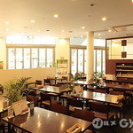 里山の食卓 by ソルビバ - 広々とした店内、お昼どきは太陽の暖かな陽が差し込みます。