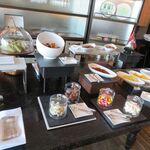 シャングリ・ラ ホテル 東京 - 内観写真:ブッフェ台