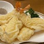 Giwommorikou - 大海老の天ぷら。サクッとした食感の天ぷらと思いきや、しな〜っとした元気のなさそうな海老ちゃん。例えはよろしくないが、しわしわは太ったブルドックの垂れた表皮のよう。(^_^;)