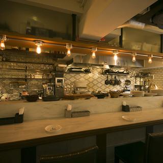 ゆったりと落ち着いた空間でお食事をお楽しみください。
