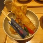 蕎麦きり みよた - アナゴ天丼, 大きさの比較のため、一般的な長さの箸を置いております。