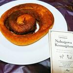 121304952 - シナモンロール(180円)。パン屋では初めてのシックな紫の手提げ袋。