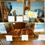 121304960 - レジ横にはパンのお供、オリーブオイルなどが(上段)。この日残っていたのは、左からコンプレロール、シナモンロールとベーグル(下段)。