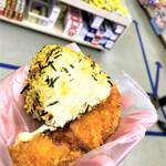 知念商会 - 191124日 沖縄 知念商会 トングでお好みのおにぎりを取ってササミにのせる