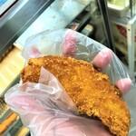 知念商会 - 191124日 沖縄 知念商会 袋に手を入れてササミをつかむ