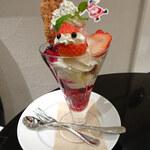 銀座コージーコーナー - ベリーメリークリスマスパフェ1200円(税別)