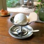 121321389 - メイプル味のアイスクリーム。