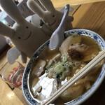 不二屋食堂 - 料理写真:チャーシュー麺850円。甘めのスープが懐かしい感じ。 にんにく入れる?って聞かれると思います、めっちゃスープに合うので是非入れてください、、、!!!