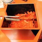 チャーミングチャーハン - テーブルにある紅生姜