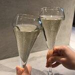 121338298 - スパークリングワインで乾杯