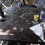 ル・カフェ・ドゥ・グランブルー - ランチジュースとテーブル 2012/03