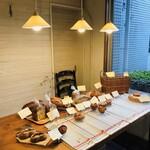 121370531 - かわいらしく並べられたパンたち。