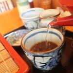 中村屋 - 蕎麦湯を注ぎます
