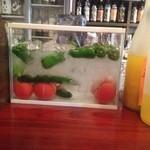 焼鳥 本丸 - 氷をはった水槽 冷やしトマトが美味しい