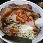 豕辛子 - 正油チャーシュー麺、スープは少ないです。