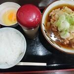 Sobayoshi - かき揚げうどん(きしめん)440円、半ライス100円、生卵60円。カツオ粉はご飯を頼むと付いて来ます