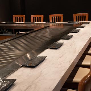 ゆっくり食事と会話を楽しめる、洗練されたシックな空間