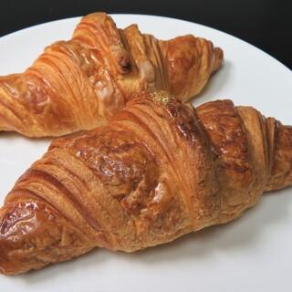 ラ ミステール - 料理写真:手前:クロワッサン・ラヴィエット 奥:クロワッサン・ジャポネ