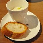 1214059 - ポタージュスープとパン