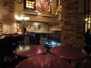 イタリアンバル UOKIN 池袋店 - お店の一番奥は大人数用のテーブル席