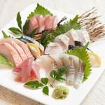 お魚sun - 料理写真:おまかせ刺身盛合わせ2人前の一例です。魚種は仕入れ状況により変わります。