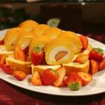 ラ・テラス - 苺のロールケーキ(しっとりスポンジと甘すぎないクリームが好印象)
