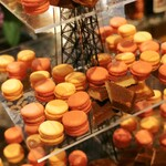 ラ・テラス - マカロン(オレンジとイチゴ。甘め)、フィナンシェ(サクサクの表面がなんとも美味しい)