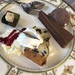 121435541 - アソートセット。右からチョコアイス、濃厚チョコケーキ、レーズンが入ったパウンドケーキ、クリームチーズのブルーベリーソース掛け、5種類の生チョコ。