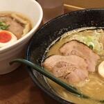 麺屋 はなぶさ - 鶏そばプレミアム (手前) と中華そば (奥)