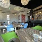 ハーブ&スパイス ファミリーレストラン Fewa - カレー屋らしからぬ雰囲気。