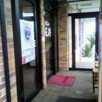 餃子の王将 - お店の両側に駐車場がある。