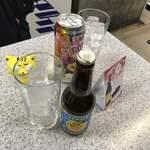 121450940 - ドリンクを選んだら、店の方から、氷の入ったグラスを貰う