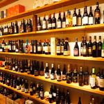 ボデガ - 内観写真:直営ショップのワインが店内でもOK!