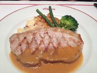 ブラッスリー・ヴィロン 丸の内店 - 美瑛豚モモ肉のグリル、マスタードソース