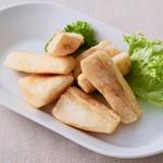 サンバ ジ セレイア - マンジョーカ芋のフライアンチョビガーリックオイル 560円(税込)
