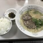121492587 - お昼のサービス:長浜ラーメン・ごはん 620円(税込)