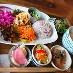 121492742 - 本日のメインは挽き肉のサラダ!                       甘辛い挽き肉と厚めの錦糸卵と(^^)