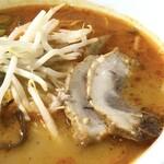 ラーメン酒場 やまごや - ◆赤ラーメン(2辛:750円:税込)・・何とも辛そうな。一口スープを頂きましたが、しばらく口の中が痺れました。(^^;) *叉焼の味わいは、普通だそうです。スープは辛いけれど、お味は悪くないしこの程度の辛味は平気と。 そう言いながら大汗でしたけれどね。苦笑
