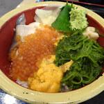 タカマル鮮魚店 - 三宝丼(ウニ・イクラ・貝(青柳・ホッキ貝)・メカブ)
