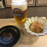 自遊庵 ねぎぼうず - お通しと生ビールです。揚げた白身魚の酢漬けです