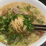 ますたにラーメン - 中細麺で、スープ3層を楽しみます。