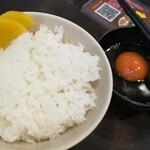 ますたにラーメン - 白ごはんがツヤツヤ。綺麗な生卵