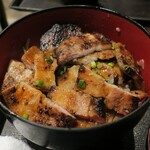 まぐろ酒場 さかなや大将 - ・「男の厚切り豚バラカルビ丼 200g(¥850)」のカット後アップ。