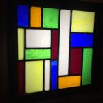 鳥さわ - このステンドグラスの照明は壁が明るいので目立ちません