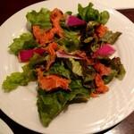 121537153 - 前菜:スモークサーモンと紅芯大根のサラダ