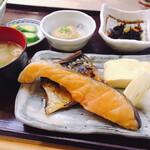 香悦 - 焼き魚は鮭と鯖。さらに出し巻きまで(*≧∀≦*)